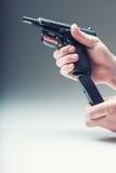 Vapenvapen Mäns hand som rymmer ett vapen 9 millimetrar pistol Arkivbild