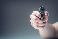 Vapenvapen Mäns hand som rymmer ett vapen 9 millimetrar pistol Royaltyfri Bild