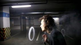 Vaper che fa le acrobazie con gli anelli del vapore archivi video