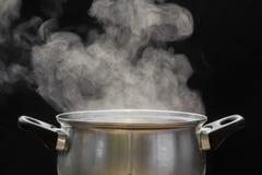 Vapeur au-dessus de faire cuire le pot Image stock