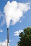 Vapeur blanche de pollution industrielle de pipe photographie stock libre de droits