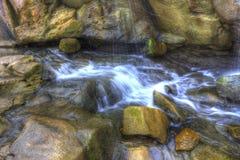 Vapeur d'eau par des roches Photographie stock