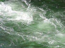 Vapeur d'eau rapide se déplaçant au-dessus d'une roche banque de vidéos