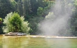 Vapeur d'eau se levant de la cascade de Jajce Photo stock