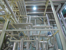 Vapeur d'eau très chaude en acier de chaudière de processus dans la chambre Image stock