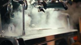 Vapeur dans la machine professionnelle de café dans le café Le processus de faire le café banque de vidéos