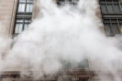 Vapeur de la rue au fond dans NYC photo libre de droits