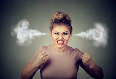 Vapeur de soufflement de femme fâchée sortant des oreilles environ pour avoir la dépression nerveuse criant photographie stock