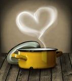 Vapeur en forme de coeur au-dessus d'un pot jaune Photos stock