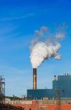 Vapeur et fumée d'une cheminée d'usine Photographie stock