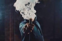 vaping一根电子香烟的人 图库摄影