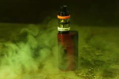 Vaping с дымом и паром Стоковые Фото
