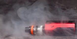 Vaping с дымом и паром Стоковые Изображения