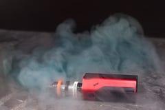 Vaping с дымом и паром Стоковые Фотографии RF