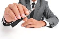 Vaping con un cigarrillo electrónico Imágenes de archivo libres de regalías