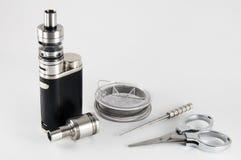Vaping-Geräte mit Rebuildable, das Vaping-Zerstäuberwerkzeuge tropft Lizenzfreies Stockfoto