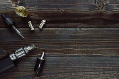 Vaping ha messo con lo spazio della copia sui precedenti di legno Immagini Stock