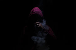 Vaping mężczyzna trzyma mod Chmura opary Czarny tło Vaping elektroniczny papieros z mnóstwo dymem Zdjęcie Stock