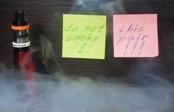Vaping med rök och ånga Royaltyfri Fotografi