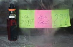 Vaping med rök och ånga Arkivfoto