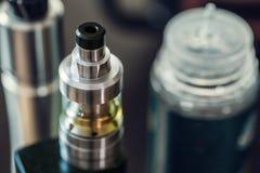 Vaping pióra makro- strzał, vape przyrządów dowcipu ciecz, elektroniczny papieros zdjęcie royalty free