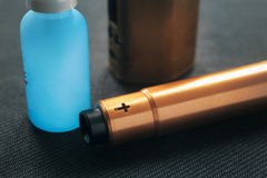 Vaping saker E-cigarett och e-flytande med nikotin royaltyfria foton