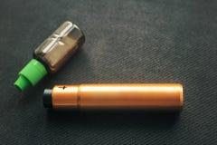 Vaping saker E-cigarett och e-flytande med nikotin royaltyfri bild