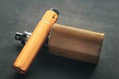Vaping saker E-cigarett och e-flytande med nikotin arkivbilder