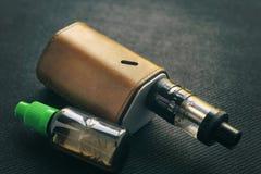 Vaping saker E-cigarett och e-flytande med nikotin fotografering för bildbyråer
