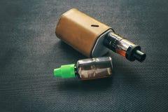 Vaping saker E-cigarett och e-flytande med nikotin royaltyfri fotografi