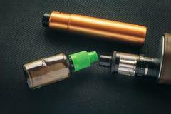 Vaping saker E-cigarett och e-flytande med nikotin arkivfoton