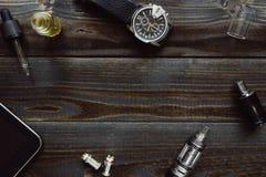 Vaping set, zegarek i pastylka na ciemnym stole, Modnisia lub bussinesman styl Zdjęcie Royalty Free
