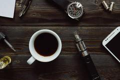 Vaping set, zegarek, kawa i smartphone na drewnianym backgroun, Obrazy Royalty Free