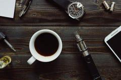 Vaping set, zegarek, kawa i smartphone na drewnianym tle, Modnisia lub bussinesman styl Obraz Stock