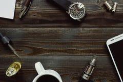 Vaping set, zegarek, kawa i smartphone z kopii przestrzenią na, Obraz Stock