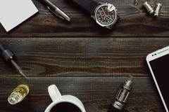 Vaping set, zegarek, kawa i smartphone z kopii przestrzenią na drewnianym tle, Modnisia lub bussinesman styl Obrazy Royalty Free