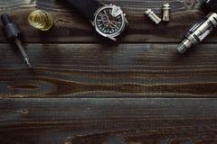 Vaping zegarek z kopii przestrzenią na drewnianym tle i set Modnisia lub bussinesman styl Fotografia Royalty Free