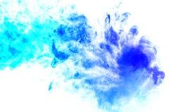 Vapor colorido exhalado del vape con una transici?n suave de las mol?culas del color de la turquesa al azul en un fondo blanco co ilustración del vector