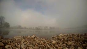 Vapor da água na lagoa, timelapse da manhã vídeos de arquivo