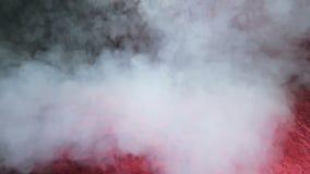 Vapor de agua blanco en el fondo rojo del terciopelo del trapo Tiro del primer metrajes