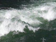 Vapor de agua rápido que se mueve sobre una roca almacen de video