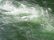 Vapor de agua rápido que se mueve sobre una roca almacen de metraje de vídeo