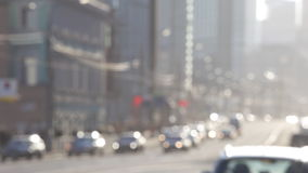 Vapor de automóviles en la calle de la ciudad grande almacen de video