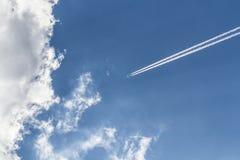 Vapor del jet fuera de las nubes Imagen de archivo