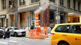 Vapor del vapor que es expresado en la calle de Manhattan, New York City metrajes