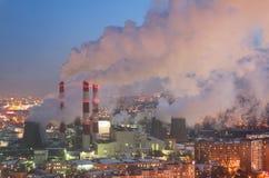 Vapor e fumo das chaminés e das torres refrigerando Imagem de Stock Royalty Free
