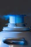 Vapor que sai do recipiente do nitrogênio líquido fotografia de stock