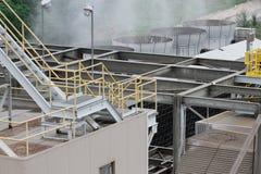 Vapor que sube de una planta encendida carbón del poder Foto de archivo libre de regalías