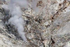 Vapor vulc?nico do fumo da rocha em yellowstone imagens de stock