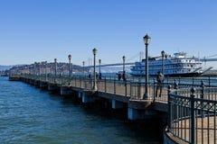 Vapor y puente de Oakland en el embarcadero siete fotografía de archivo